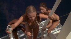 Жаклин Смит и Шерил Лэдд в купальниках на яхте