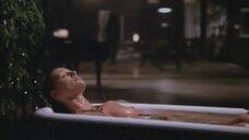 Рейвен Сноу принимает ванну