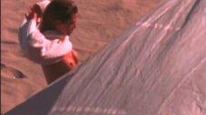 Мокрая обнаженная Эмбер Смит на пляже