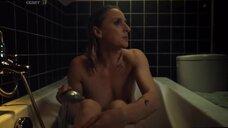 Обнаженная Рут Бекар в ванне