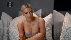 Ким Кардашьян в облегающем топе