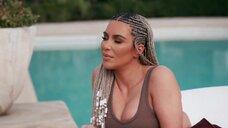 Ким Кардашьян возле бассейна