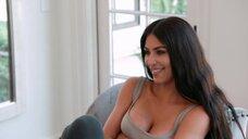 Соблазнительное декольте Ким Кардашьян
