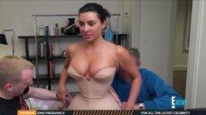 Ким Кардашьян позирует в корсете
