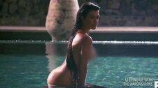 Кортни Кардашьян на откровенной фотосессии в бассейне
