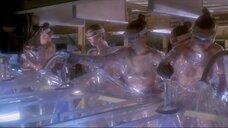 Женщины топлес работают в инкубаторе