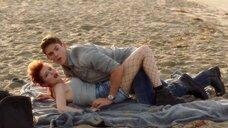 Съемка сцены с Беллой Торн на пляже