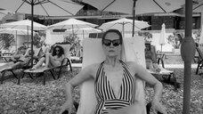 Виктория Исакова в цельном купальнике