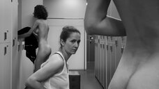 12. Сцена с голыми молодыми девушками в раздевалке – Нежность
