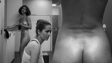 13. Сцена с голыми молодыми девушками в раздевалке – Нежность