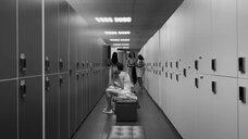 4. Сцена с голыми молодыми девушками в раздевалке – Нежность
