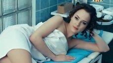 Сексуальная Аглая Тарасова лежит на кушетке