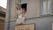 Девка показывает голые сиськи в окне