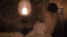 Катерина Шпица плачет на кровати