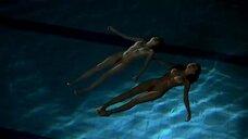 2. Полностью голые Ариадна Каброль и Диана Гомес в бассейне – Дневник лесбиянки