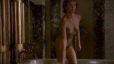 Полностью обнаженная Дороттья Удварош в ванне