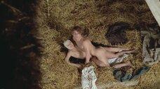 4. Парочка занимается сексом на сене – Аморальные истории