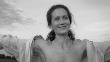 4. Виктория Исакова показывает голую грудь – Нежность