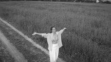 Виктория Исакова показывает голую грудь