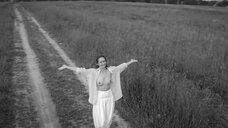 8. Виктория Исакова показывает голую грудь – Нежность