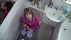 Мужики подглядывают за женщиной в туалете