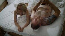 Линда Лапиньш засветила грудь в постели