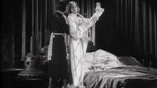 Грета Гарбо надевает халат