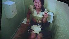 Даника МакКеллар в туалете