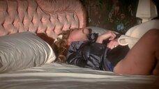 Плачущая Шэрон Стоун в постели