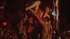 Солдаты подкидывают раздетую девушку