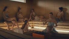 Молодые девушки в сауне