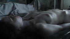 Сцена в морге с голыми телами девушек