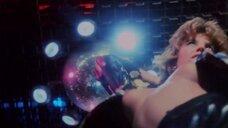 Джуэл Шепард светит голой грудью на дискотеке
