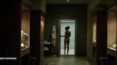 Голая женщина заходит в ванную