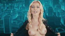 Кейси Даркин показывает голую грудь