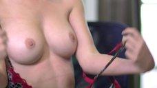Эрика Дэй показывает голую грудь