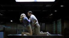 Анна Лоос танцует стриптиз на операционном столе