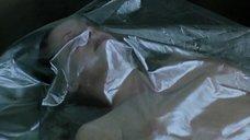 Голое тело под пленкой в морге
