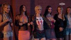 Проститутки показывают голые сиськи