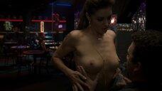 Бьянка Кайлич дает потрогать свою голую грудь