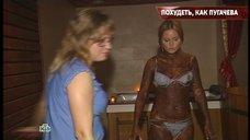 Дане Борисовой делают массаж в телепередаче «Русские сенсации»