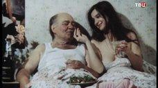 Екатерина Стриженова кушает в постели