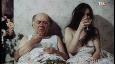 3. Екатерина Стриженова кушает в постели – Американский дедушка