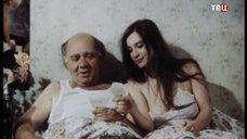 4. Екатерина Стриженова кушает в постели – Американский дедушка