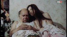 7. Екатерина Стриженова кушает в постели – Американский дедушка