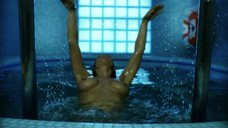 Екатерина Стриженова плавает топлес в бассейне
