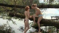 Эмилия Спивак и Алла Юганова в купальниках на берегу реки