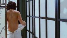Эмилия Спивак одевает платье