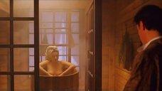 Эмилия Спивак парится в деревянной бочке