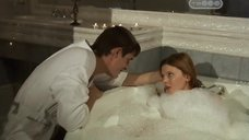 4. Эмилия Спивак в пенной ванне – Часы любви